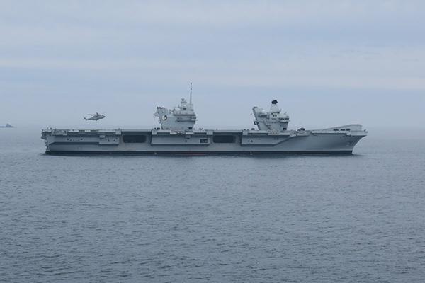 伊麗莎白女王號航母在海上航行