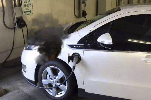 电动车着火了怎么办?点根烟冷静一下还是拔腿跑路?