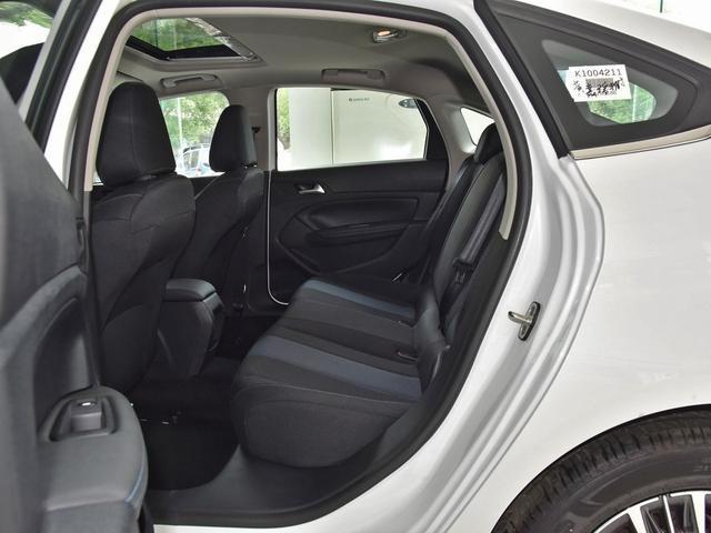 这车与朗逸同级,轴距近2.7米,指导价8w多还优惠小1w,却卖不动