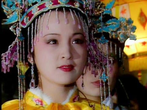 她跟随贾元春进宫二十年,红楼梦书中只出场过一次,留下三处谜点