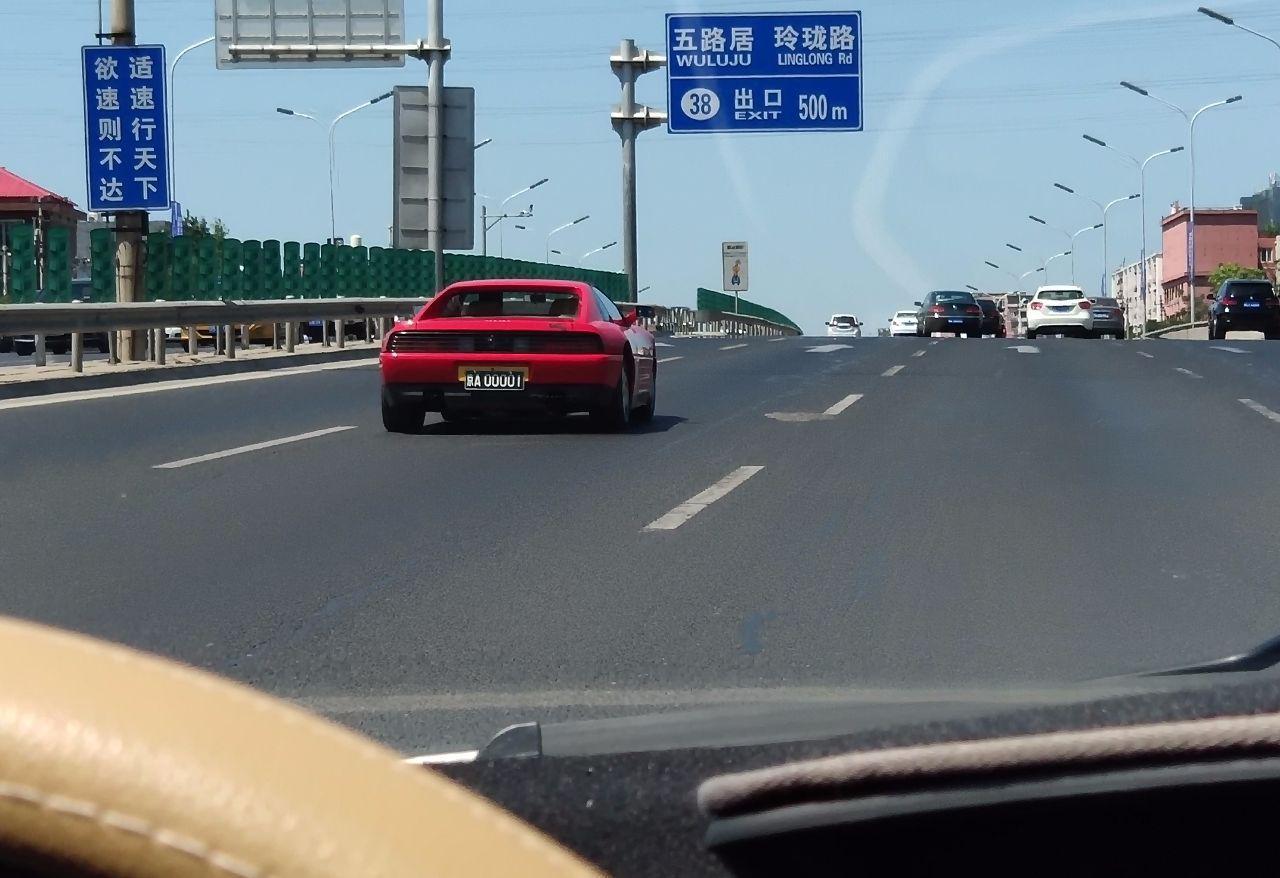 四环偶遇大陆第1辆法拉利,因为这车,常有人找司机合影