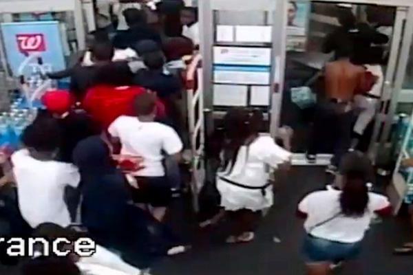 美国费城一60人团伙夜袭药店 肆意毁坏抢劫