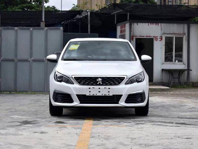 车长近4米6,标配ESP自带6AT,油耗最低5.1L,却不被认可