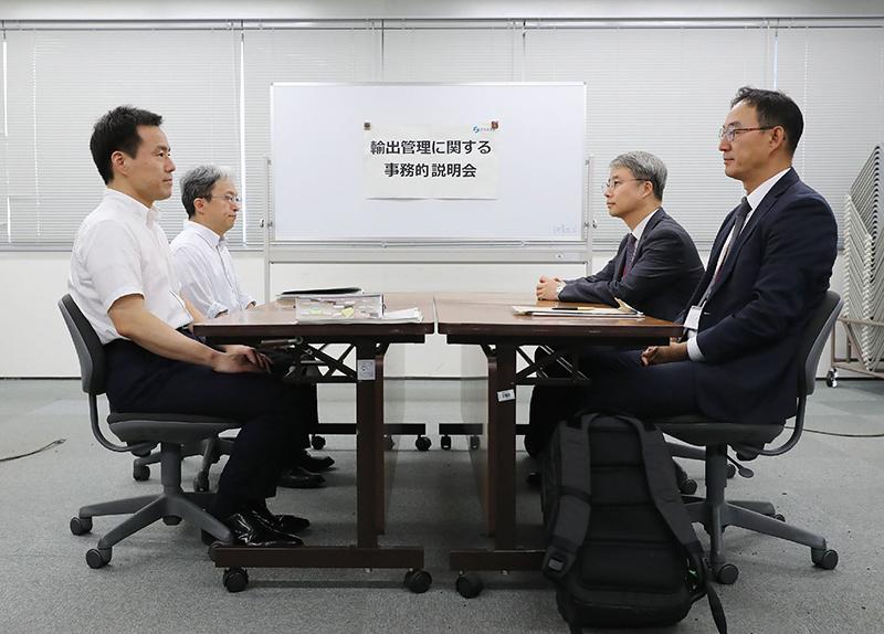 当地时间2019年7月12日,日本东京,日本和韩国官员就日本对出口韩国的半导体材料进行限制一事召开会议。 视觉中国 图