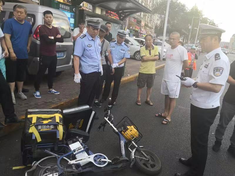 """""""美团""""小哥一路逆行被制止,竟然骑车撞倒哈尔滨交警企图逃走!右肘后、右前臂、右小腿……交警皮肤多处受伤!"""