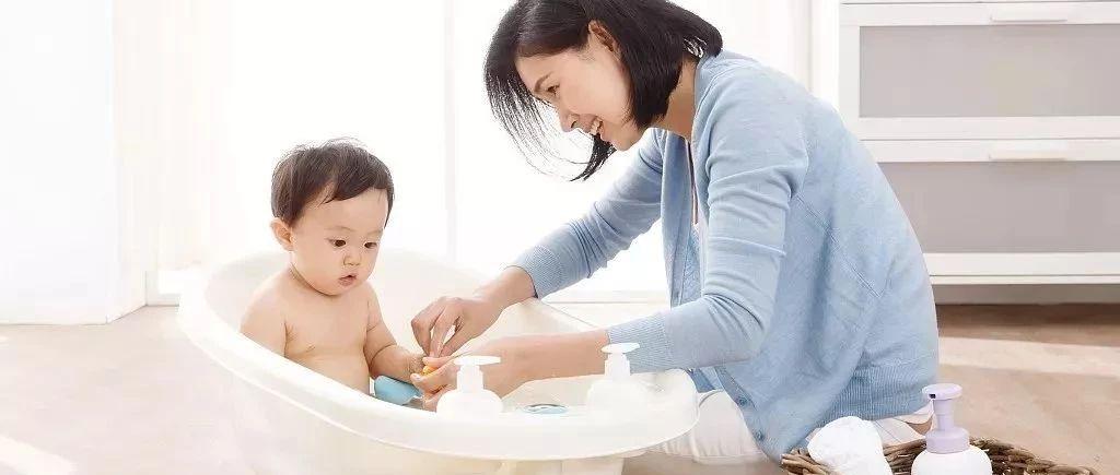 天热宝宝洗澡,到底用不用十滴水、宝宝金水?小事情里有大学问!