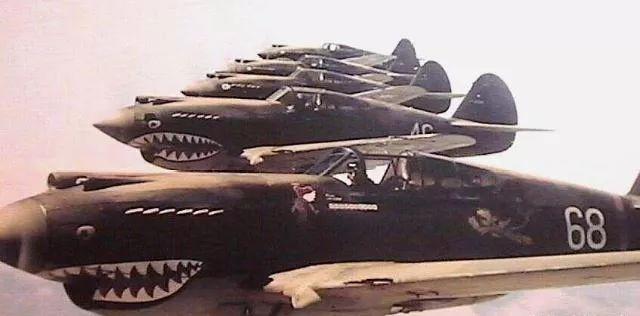 """(图为编队飞行的""""飞虎队""""P-40战役机,这种编队方式其实是不契合二战时期空战请求的)"""