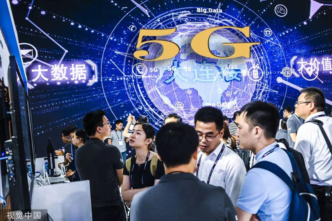 ▲2019年6月27日,上海,MWC19上海展,观众在5G大屏幕前体验5G信号。