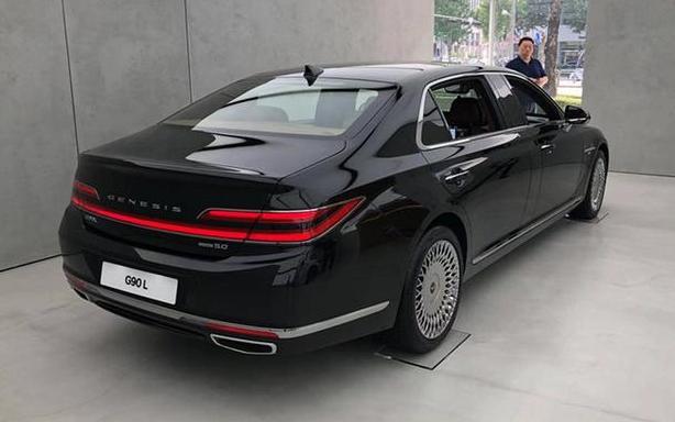 车长5945mm,比迈巴赫S级更大气,5.0L V8动力,海外不足百万元
