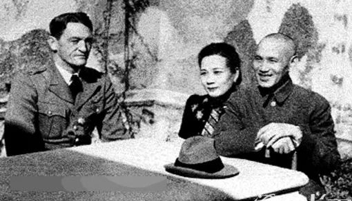 (图为陈纳德和蒋介石夫妇在一同)