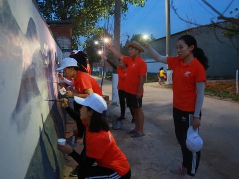 平顶山学院学子精美墙绘入乡村助力美丽乡村建设