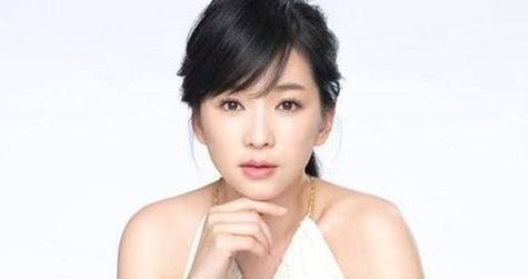 她24岁就获金钟奖,为拍戏曾剃光头,如今和小7岁老公儿女双全