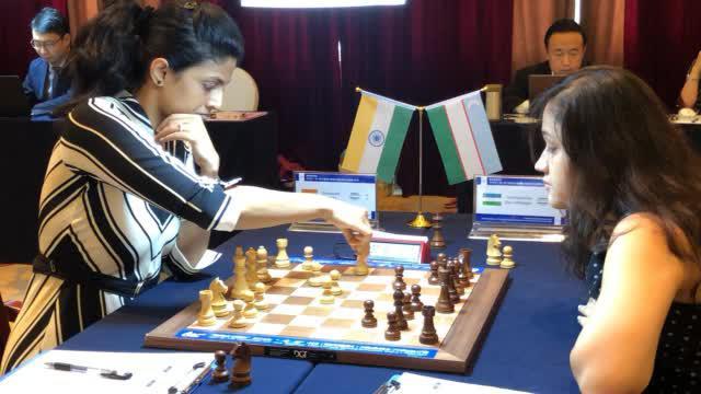印度棋手哈丽卡对阵乌兹别克斯坦棋手托克希尔乔瓦娜 ()