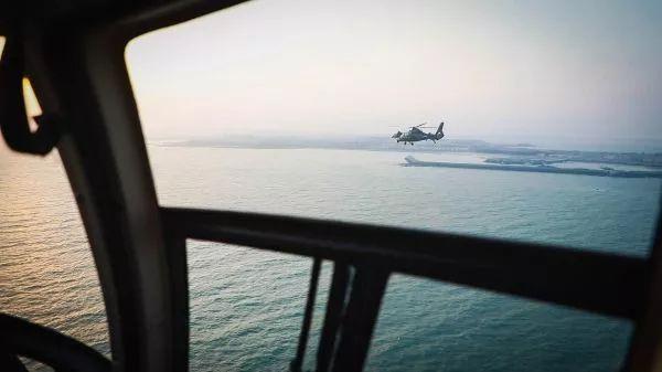 ▲資料圖片:2018年4月18日,根據年度例行性計劃安排,我陸軍航空兵部隊在東南沿海舉行跨晝夜海上實彈射擊演練,這是新型武裝直升機飛赴指定海域。(新華社)