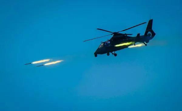 ▲資料圖片:2018年4月18日,根據年度例行性計劃安排,我陸軍航空兵部隊在東南沿海舉行跨晝夜海上實彈射擊演練,這是新型武裝直升機發射火箭彈。(新華社)
