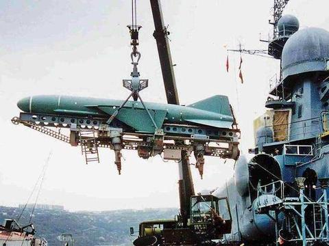 伊朗造反舰快艇,携半吨弹药,高速冲向巨型油轮:联军急速出手