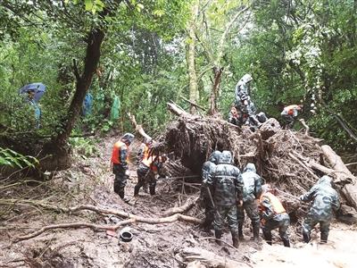 腾冲猴桥突发洪涝灾害 干群携手齐心协力抗灾