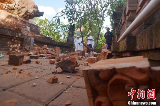 印尼巴厘岛发生6.1级地震 寺庙里一地碎砖印尼巴厘岛发生6.1级地震 寺庙里一地碎砖