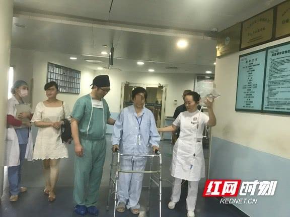 手术后自己走回病房 七旬娭毑做了个假的膝关节置换术