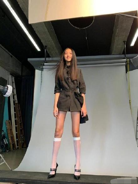 """任达华女儿14岁身材堪比超模 拍杂志气场强大 被称""""翻版张梓琳"""""""
