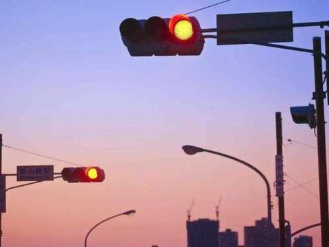 开车没注意闯了红灯,怎样做才能不扣分?交警为大家支招