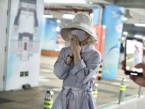 赵丽颖产子四个月后现身机场,包裹严实,身材恢复苗条