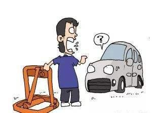 汕头一男子站在停车泊位上,竟然是霸占成私人停车位