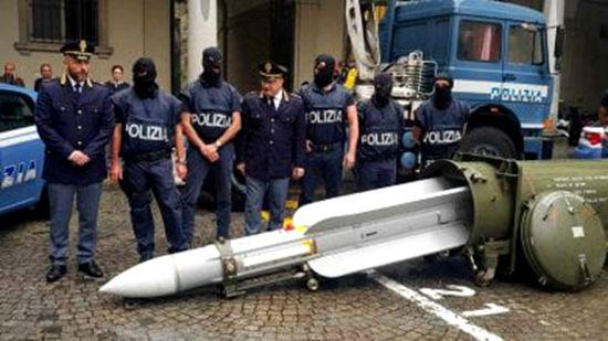 意大利警方查获极右组织大量军火 收缴一枚导弹