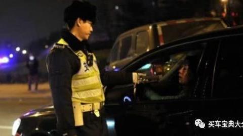 女司机酒驾被查,耍酒疯说自己不想活了,交警:这年得到里面过了