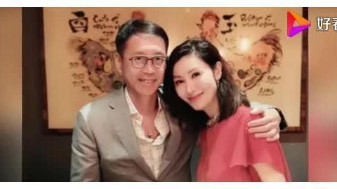 李嘉欣庆49岁生日晒庆生美照,倚靠许晋亨甜笑
