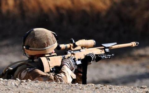 为什么很多狙击手,要用布把瞄准镜蒙住,不干扰视线吗?