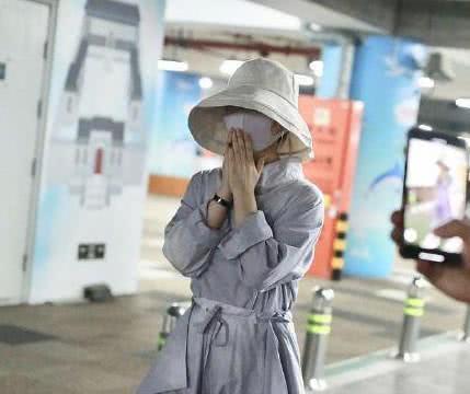赵丽颖产后现身机场,双手合十不停说谢谢,手上婚戒超抢镜!