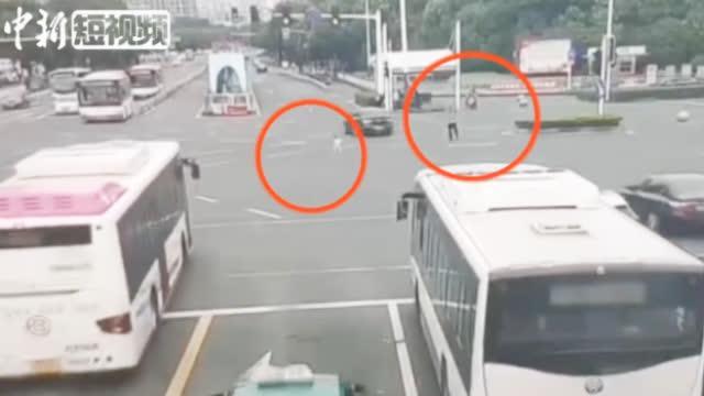 6岁女孩突然闯入车流 辅警飞奔上前将其救下