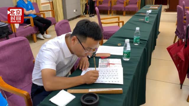 学生收到手写通知书后苦练书法 毕业为新生写录取书