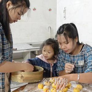 农村小英子:英子跟小妹做南瓜豆沙包,外形精美味道香,小朋友最爱