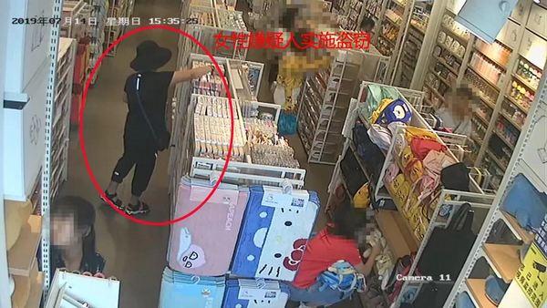 济南一商场内,一男一女盗窃商品,身边还带着一孩子……