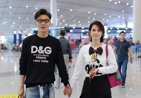 46岁洪欣现身机场,和张丹峰同框,完全看不出相差10岁!