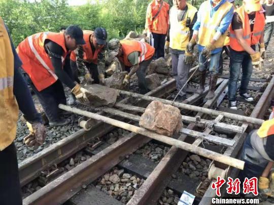 哈铁抢修人员连夜鏖战27小时 齐北铁路线水害区段恢复开通