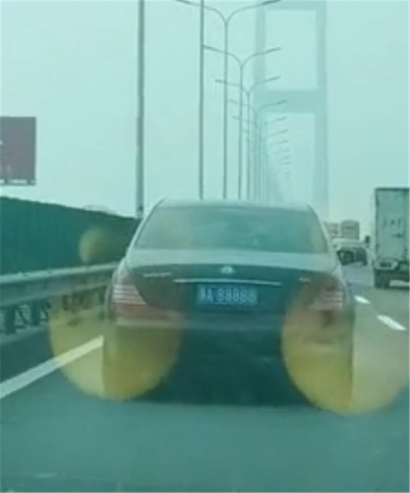 迈巴赫62S现高速,车价1030万,挂5个8车牌,牌能在北上广买房
