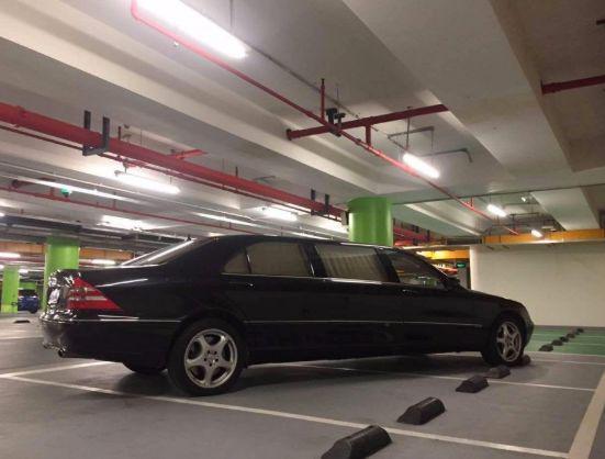 一辆奔驰霸占3个停车位,连打20个电话不接,看到车型终于明白了