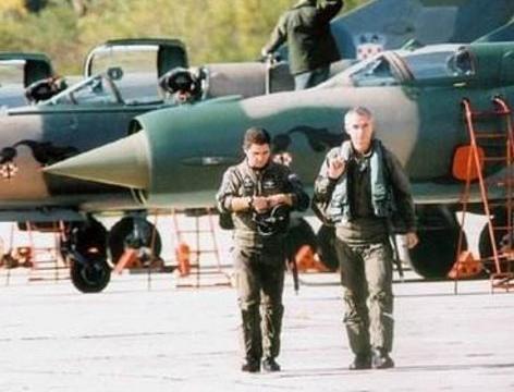 苏联解体,飞行员不满欠薪直接开轰炸机会老家
