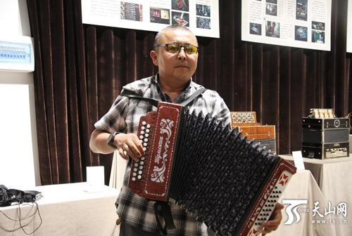 """【新时代·幸福美丽新边疆·新疆是个好地方】新疆有座手风琴博物馆 藏着这个收藏家的""""琴调人生"""""""