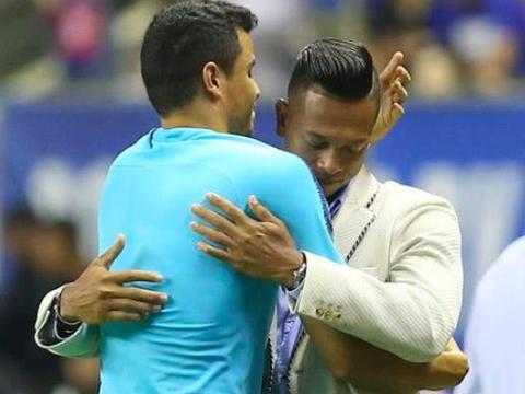 中超年度感人,队长进球后激情下跪,送别欧洲冠军同胞队友