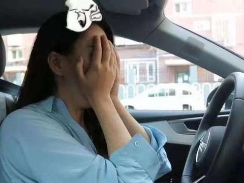 女司机狭窄路段掉头撞上直行车,下车却抱怨:你为啥不让让我