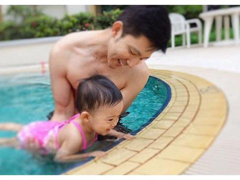 43岁立威廉优雅帅气,豪宅装修奢华唯美,私人泳池气派十足