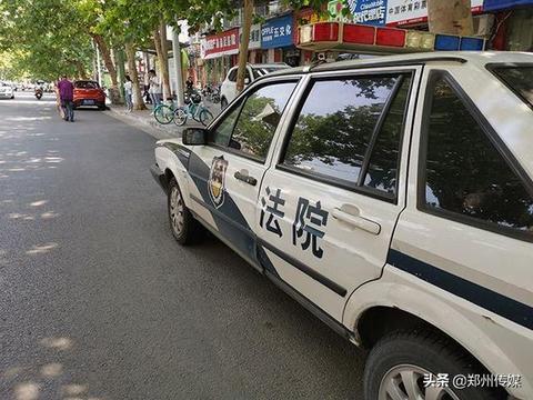 """违法停车,郑州一法院的警车被交警""""贴条"""""""