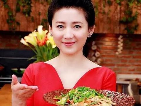 51岁王小丫近照曝光,娃娃脸变瓜子脸,装扮朴素更有女人味了