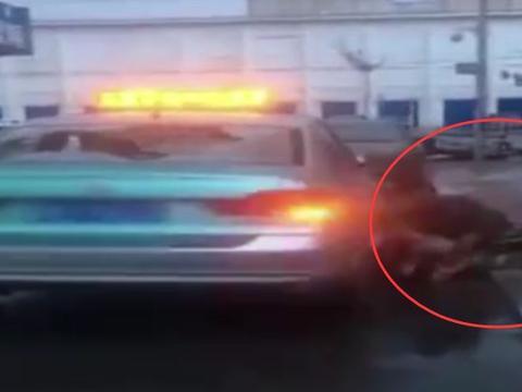 乘客与司机因1块5毛钱大打出手,连后风挡玻璃都被打出了大窟窿