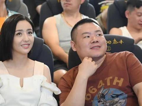 岳云鹏佟丽娅现身电影院,二人合照引争议,德云女孩:郑敏吃醋吗
