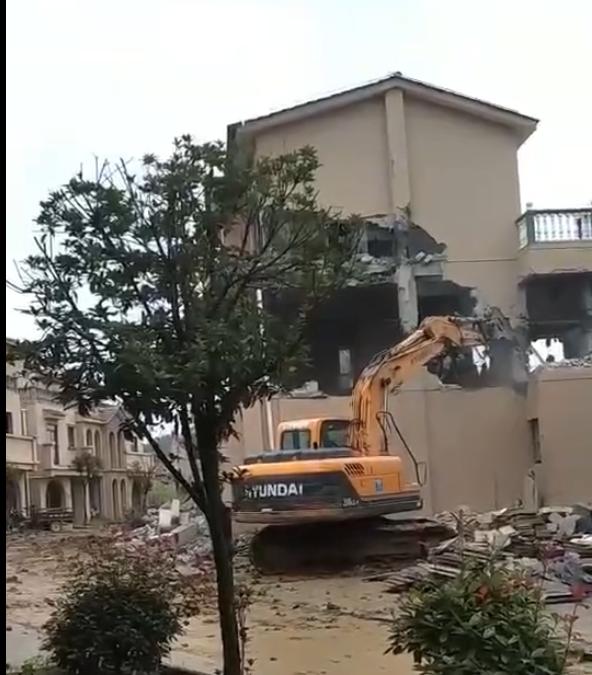 秦岭南麓别墅群62栋所有被判定为违章建筑 已刚开始拆除